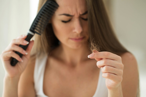 donna pettina capelli